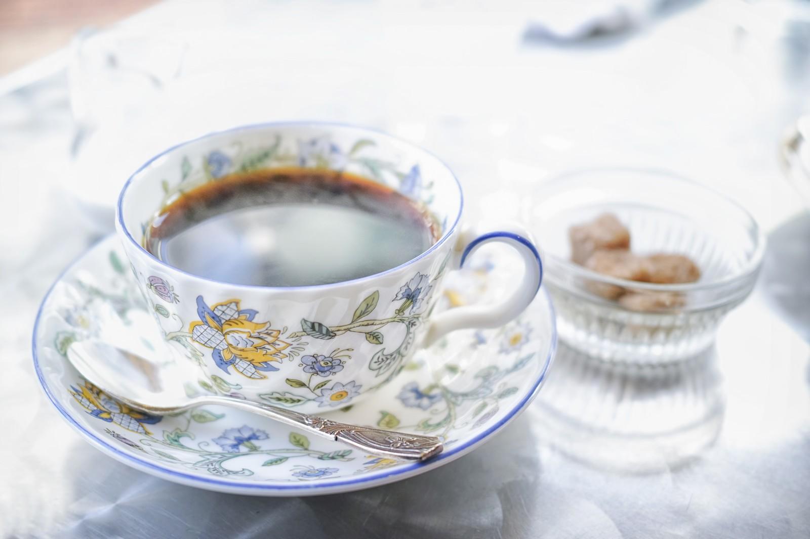 絵柄のティーカップでコーヒー