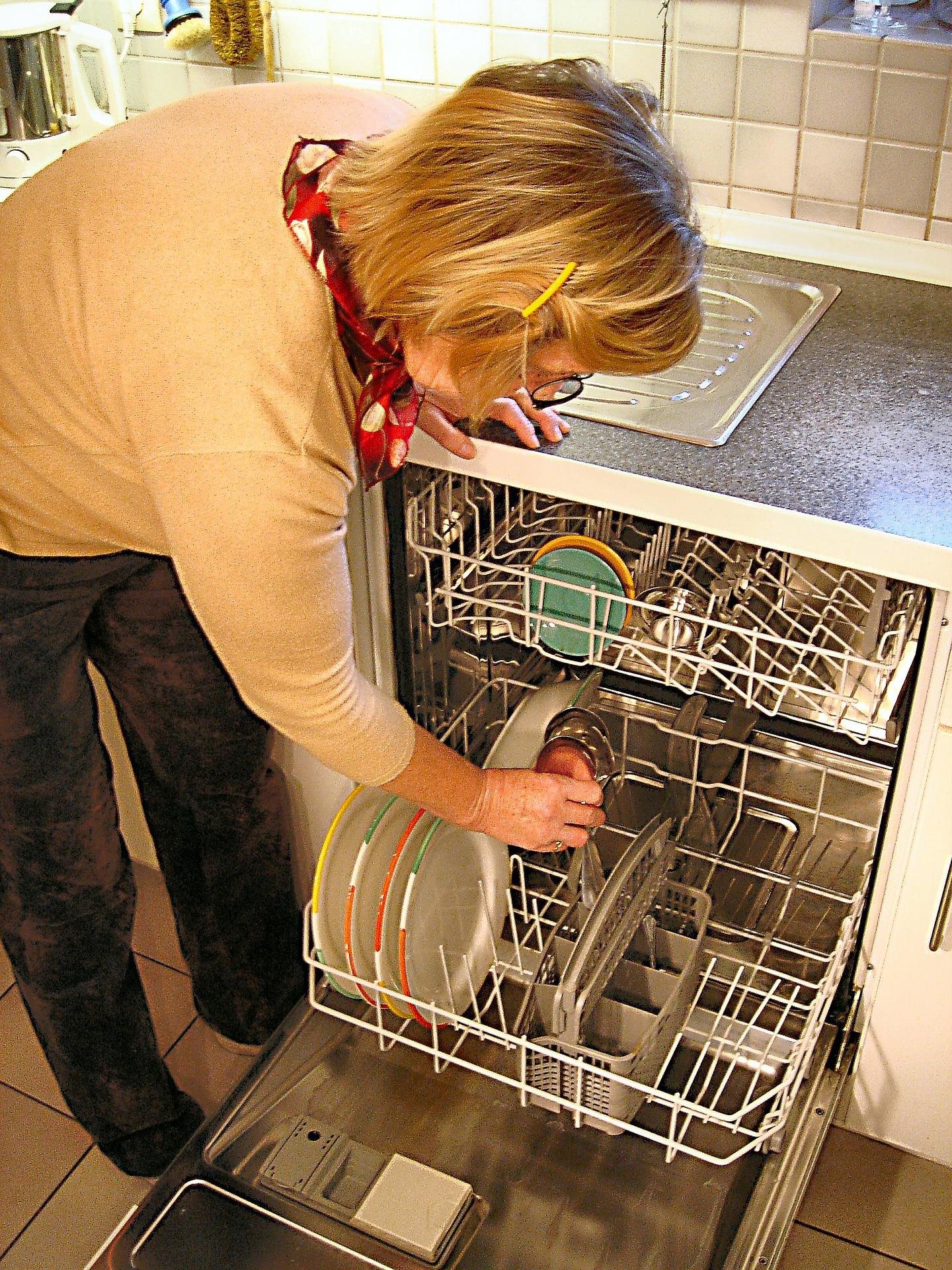 食洗機を使う女性