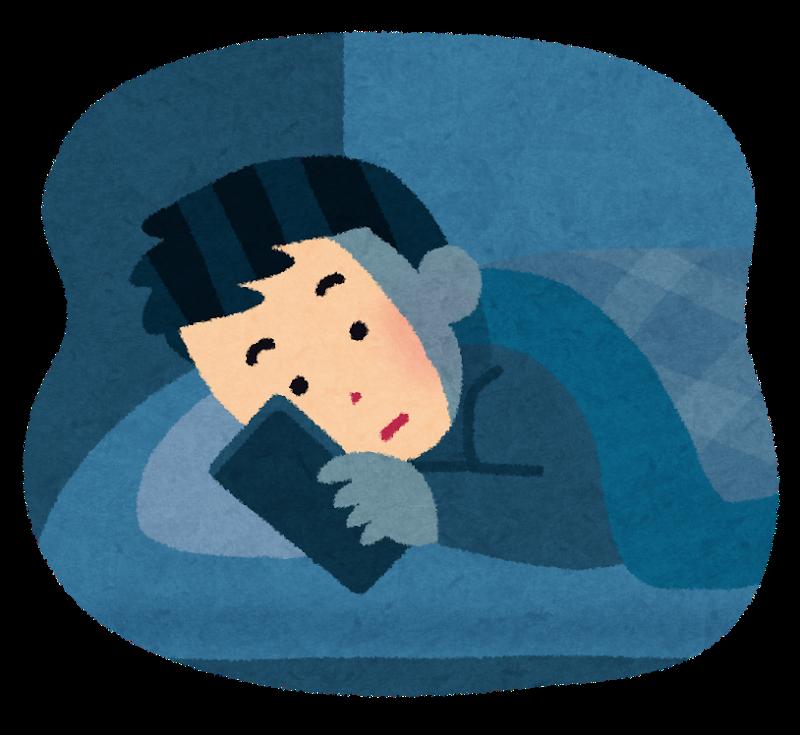 寝床でスマホを弄る男性