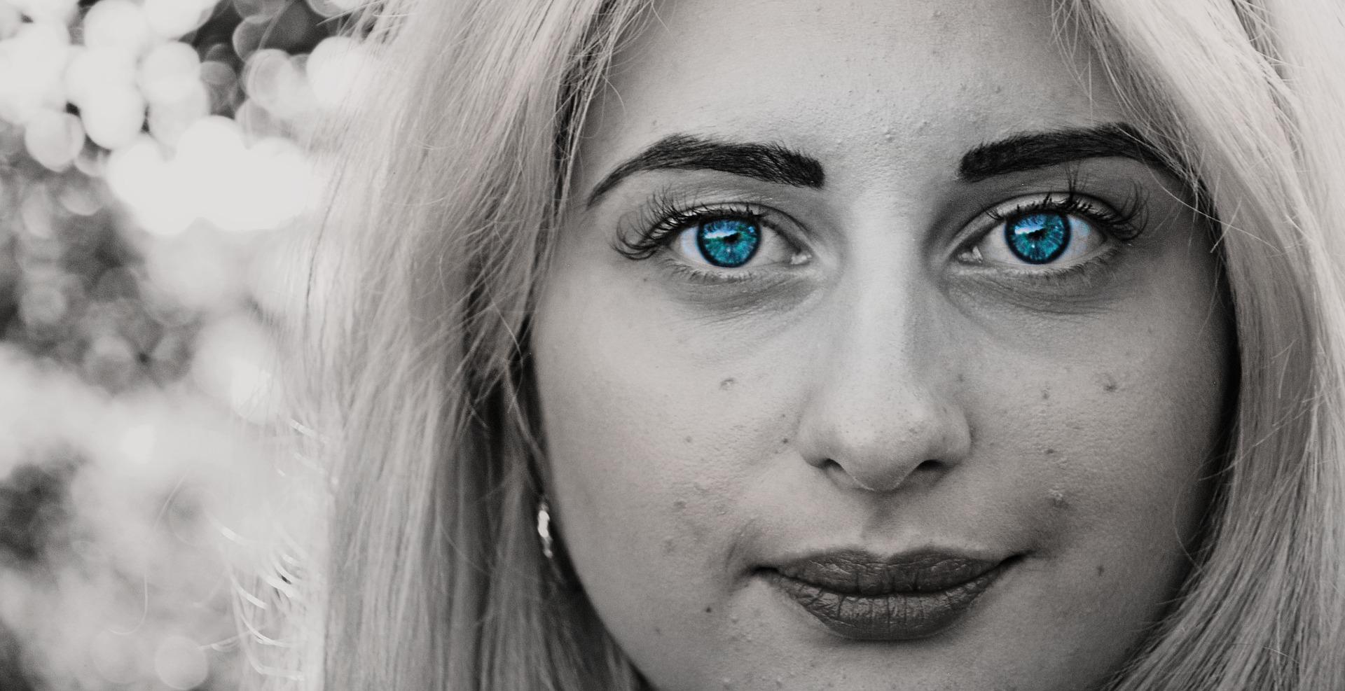 肌荒れの青い瞳の女性