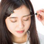 眉毛をメイクする女性