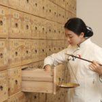 漢方薬を調合する女性